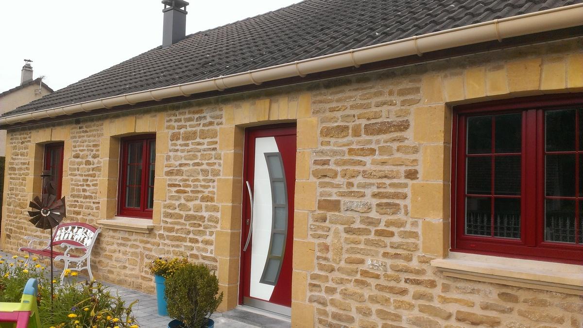 Fenêtres et porte en couleur Dunkelrot